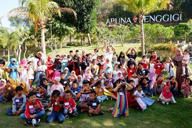 "GEMBIRA: Anak-anak dan tim Aruna Sengigi Resort & Convention berfoto bersama sebelum acara ""Children Days Carnival."""