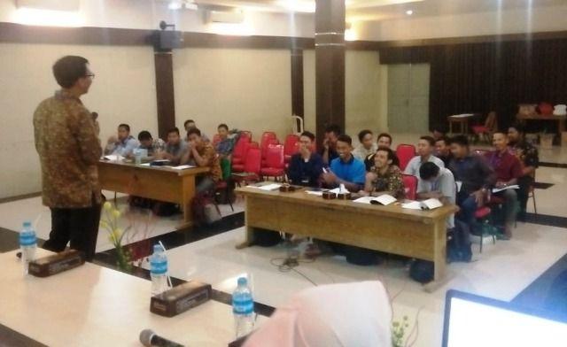 AKTIF: Para mahasiswa Universitas Qomarudin mendengarkan pengarahaAKTIF: Para mahasiswa Universitas Qomarudin mendengarkan pengarahan pelatihan ISO 9001:20n pelatihan ISO 9001:2015 oleh dosen POLTERA.