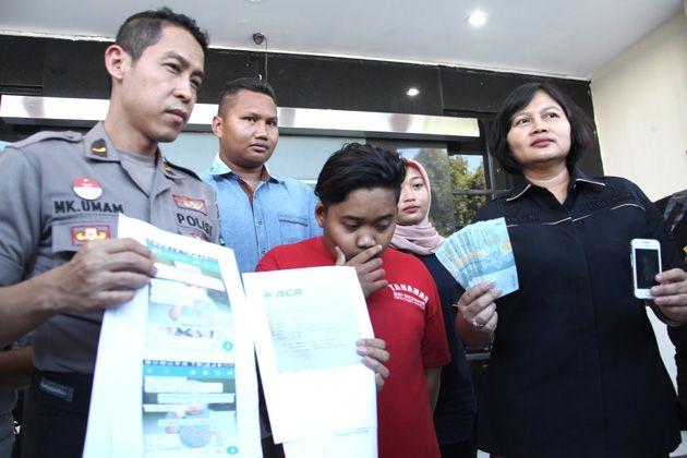 NEKAT: Petugas menunjukkan barang bukti dan tersangka kasus perdagangan manusia (human trafficking) yang diamankan di Mapolrestabes Surabaya.
