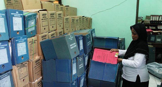 TUNGGU GEDUNG: Arsip-arsip milik Pemkab Sidoarjo yang menumpuk dan dibiarkan tak tertata.