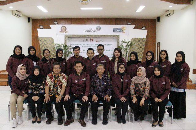 FOTO BERSAMA: Ketua STIE Perbanas Surabaya Dr. Yudi Sutarso, SE., Mi (duduk empat dari kiri) dan Head of International Afffairs Dr. Rovila El Maghviroh M.Si. Ak, (duduk tiga dari kanan) berfoto bersama 15 mahasiswa program