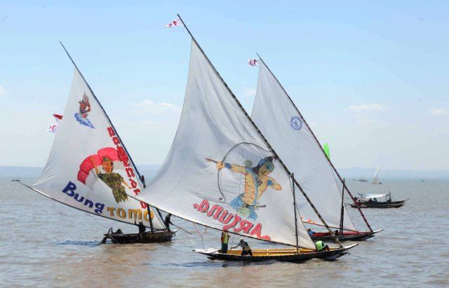 MERIAH: Sejumlah nelayan mengikuti lomba balap perahu hias di Pantai Kenjeran, Surabaya, Minggu (18/8).