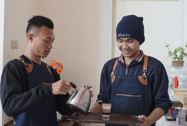 DIBEKALI KEAHLIAN: Dua orang anak jalanan yang berlatih menjadi barista di salah satu hotel di Surabaya.