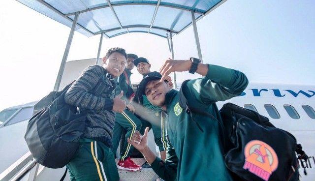TANDANG: Tim Persebaya menaiki tangga pesawat Sriwijaya Air berangkat ke Lampung melakoni laga tandang Liga 1 2019 melawan Perseru Badak Lampung FC, Selasa (20/8).