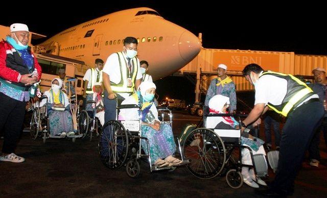 TIBA DI INDONESIA: Sejumlah jamaah haji Kloter 1 asal Magetan tiba di Bandara Internasional Juanda, Minggu (18/8).