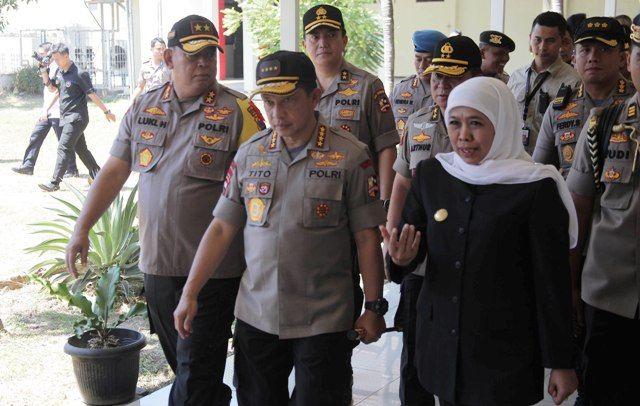 KUNJUNGI JATIM: Gubernur Khofifah saat mendampingi Kapolri Jenderal Pol Tito Karnavian bersama Kapolda Jatim Irjen Pol Luki Hermawan usai membesuk korban penyerangan teroris, Ipda Agus Sumarsono, di RS Bhayangkara Surabaya.