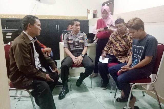 DIDAMAIKAN: Andre (kanan) mengaku menyesal usai diamankan polisi setelah video penganiayaan kepada ibu kandungnya viral di media sosial.