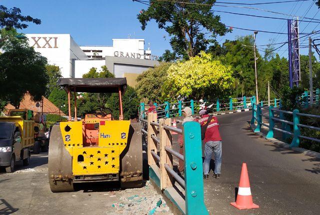 ANTISIPASI KEPADATAN LALU LINTAS: Pekerja menyelesaikan pelebaran Jalan Ketabang Kali, Jumat (23/8).