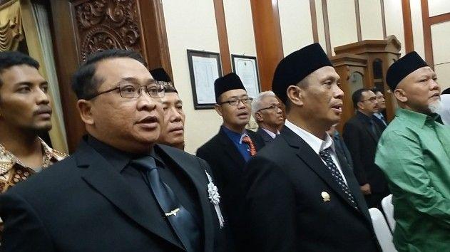 DIAM: Mahmud masih mengikuti proses pelantikan di kantor DPRD Gresik, Jumat (23/8).