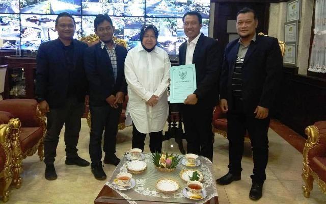 TUAN RUMAH: Sekretaris PSSI Jatim, Amir Burhannudin (dua dari kanan) bersama jajaran saat audiensi dengan Wali Kota Tri Rismaharini.