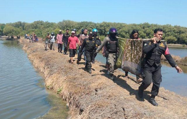 EVAKUASI: Petugas BPB Linmas dan gabungan mengevakuasi jenazah korban dengan cara dipikul menuju jalan raya.