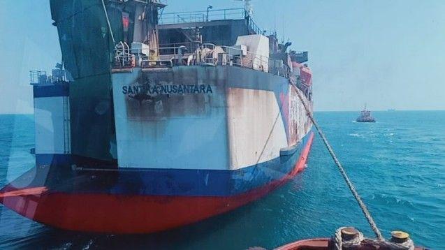 GOSONG: Badan KM Santika Nusantara yang terbakar di Perairan Masalembu, Madura, berhasil ditarik ke Pelabuhan Gresik untuk proses pemeriksaan lebih lanjut.