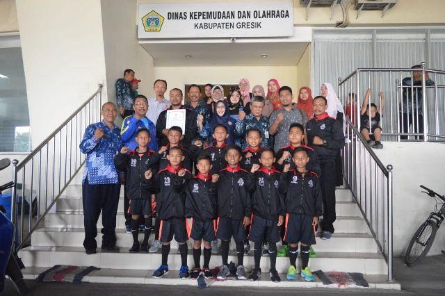 SUPPORT: Pengurus dan pemain sepak bola Laksar Joko Samudro usai meminta restu kepada Pemkab Gresik di Kantor Dispora,