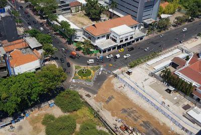TERDAMPAK: Jaringan pipa milik PDAM di Jalan Yos Sudarso, Surabaya, dipindahkan hari ini (6/9) karena terkena proyek pembangunan Alun-Alun Suroboyo.