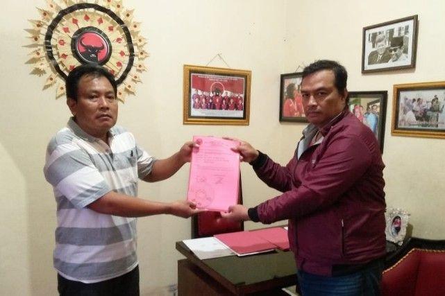 DAFTAR: Tri Putro Utomo resmi menyerahkan berkas pendaftaran bacabup kepada pengurus PDIP Gresik.