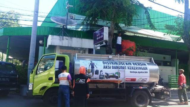 Mobil tanki berisi air bersih bantuan ACT Jatim untuk Masjid Al Falah.