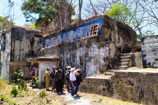 MASIH KUAT: Tim BPCB Jatim dan pegawai Dinas Kebudayaan dan Pariwisata Jatim meninjau Benteng Kedung Cowek, Surabaya.