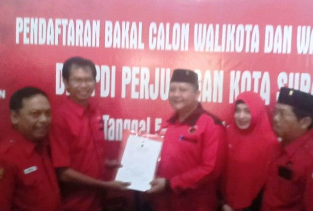 DAFTAR: Whisnu Sakti Buana ketika mendaftar di DPC PDIP Surabaya sebagai balon wali kota Surabaya.