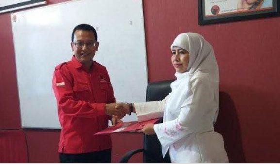 DAFTAR: Wakil Sekretaris Muslimat Nahdlatul Ulama (NU) Jawa Timur Dwi Astuti mengambil formulir pendaftaran bakal cawali Surabaya ke PDIP.