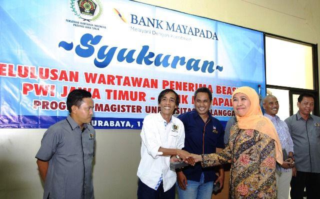 SELAMAT: Gubernur Khofifah menyalami para wartawan PWI Jatim yang sukses meraih gelar magister di Unair.