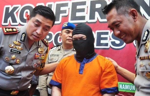 MOTIF UANG: Kapolres AKBP Wahyu S Bintoro menunjukkan pelaku beserta barang bukti harta milik korban yang sempat digondol pelaku.