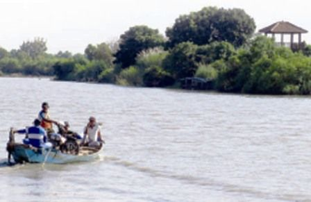 HARUS AMAN: Perahu penyeberangan menuju Pulau Dem Ke ca matan Jabon.
