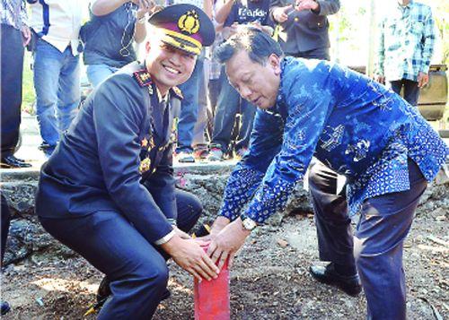 MARKAS BARU::Kapolres Gresik AKBP Wahyu S Bintoro dan Bupati Sambari Halim Radianto saat peletakan batu pertama pembangunan Mapolres Gresik.