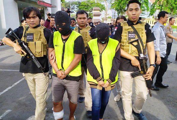 BUKAN PASUTRI: Petugas menggiring dua tersangka pemilik SS di Mapolrestabes Surabaya.