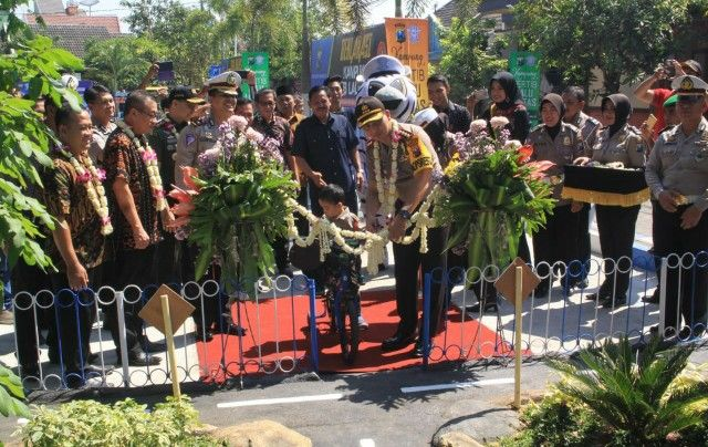PERESMIAN: Kapolresta Kombespol  Zain  Dwi Nugroho  meresmikan taman lalu lintas di RT 20 RW 5 Desa Kemiri.