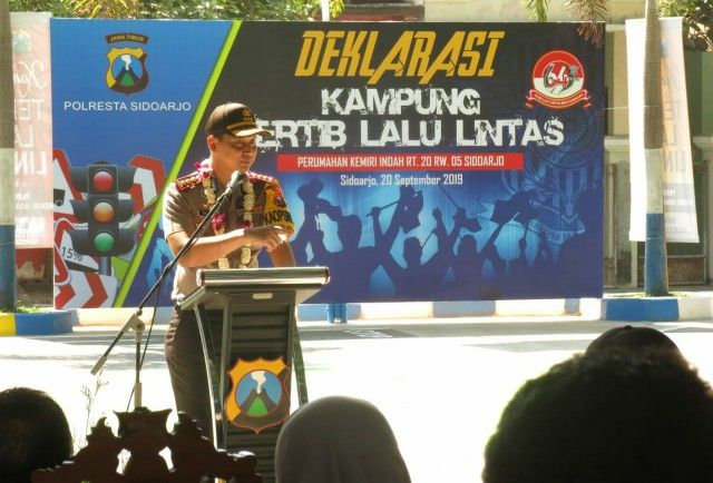 DEKLARASI: Kapolresta Sidoarjo Kombespol Zain Dwi Nugroho saat memberi kata sambutan sebelum peresmian kampung lalu lintas di Desa Kemiri.