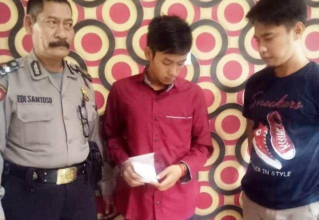 DIAMANKAN: Tersangka Achmad Fresi Yanto beserta BB 995 pil koplo yang diamankan anggota Polsek Driyorejo.