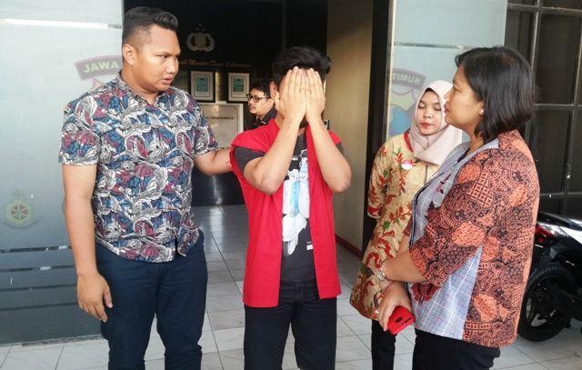 MALU: Tersangka M Aldiansyah, diamankan di Mapolrestabes Surabaya karena melakukan pencabulan.