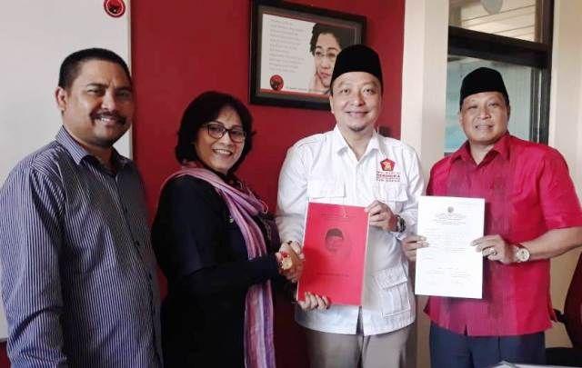 SERAHKAN BERKAS: Ketua DPC Gerindra Kabupaten Gresik dr Asluchul Alif (baju putih) menyerahkan berkas pendaftaran Bacabup kepada Wakil Bendahara DPD PDIP Jatim Al Sulistyorini.
