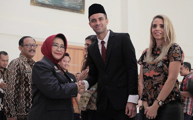 RESMI WNI:  Otavio Dutra dan istri bersama Susy Susilawati  (kiri) saat menjalani pengambilan sumpah Warga Negara Indonesia (WNI) di Kanwil Kemenkumham Jatim, Jalan Kayoon, Surabaya.
