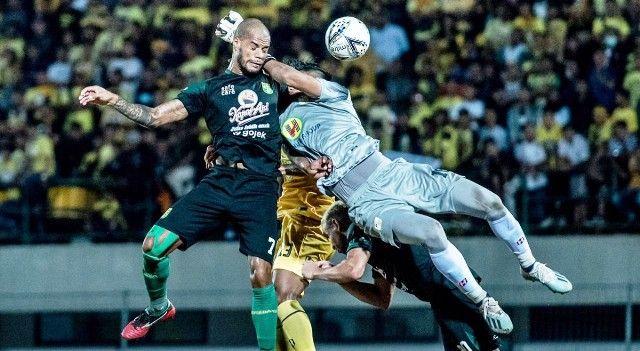 BELUM BERUNTUNG: Perebutan bola yang melibatkan David da Silva dengan kiper Barito Putera Muhammad Riyandi gagal membuat Persebaya mencetak gol di Stadion Demang Lehman, Martapura.
