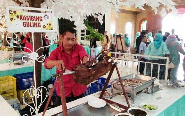 BERSAING: Waiters katering tengah melayani tamu yang hadir di salah satu acara pernikahan.