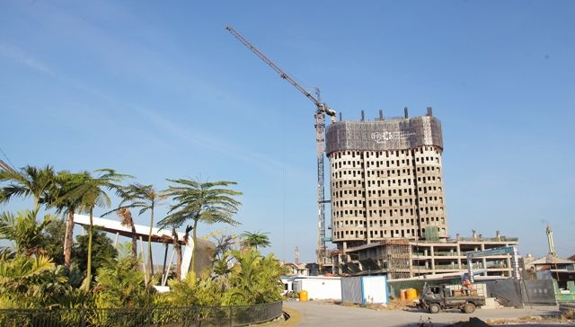 DEMAND BAGUS: Pembangunan proyek apartemen di kawasan Surabaya Timur. Milenial dan keluarga muda menjadi pasar potensil bagi properti kelas menengah.