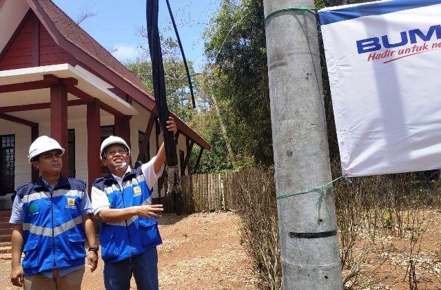 OKTOBER SELESAI: Manager Bagian Konstruksi PLN UP 3 Banyuwangi Syaifuddin(Kanan) dan Antoni Manager ULP PLN Muncar menunjuKkan progres pembangunan aliran listrik di Kawasan Wisata Pantai G-Land, Taman Nasional Alas Purwo, Banyuwangi.