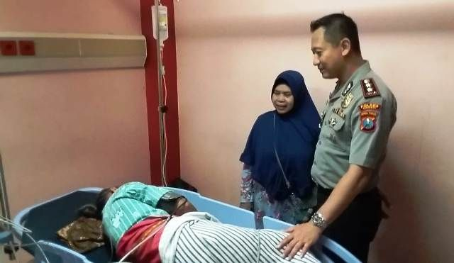 BEZUK: Kapolres Gresik AKBP Kusworo Wibowo saat menjenguk korban Kamsinga yang mendapat perawatan di RS Ibnu Sina.