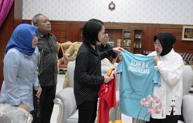 SEMANGAT: Mantan atlet bulu tangkis Minarti Timur menyerahkan kaos milik Alan Budi Kusuma kepada Wali Kota Surabaya Tri Rismaharini untuk koleksi Museum Olahraga di Jalan Sedap Malam.
