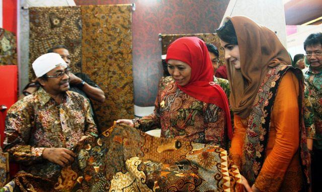 TINJAU PAMERAN: Gubernur Jatim Khofifah Indar Parawansa (dua dari kiri) didampingi ketua TIm Penggerak PKK Jatim Arumi Bachsin meninjau salah satu stan dalam pameran Jatim Fair di Grand City Surabaya.