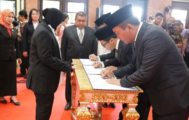 BERINTEGRITAS: Wali Kota Tri Rismaharini menyaksikan penandatanganan sumpah jabatan para pejabat.