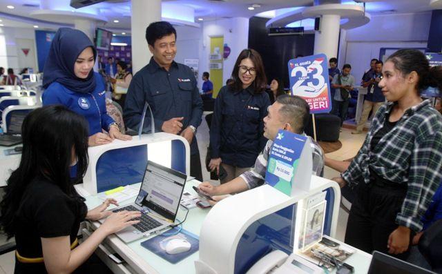JARING PELANGGAN: Group Head XL Axiata East Region Bambang Parikesit (tiga dari kiri) tampak akrab melayani salah satu pelanggan di XL Center.