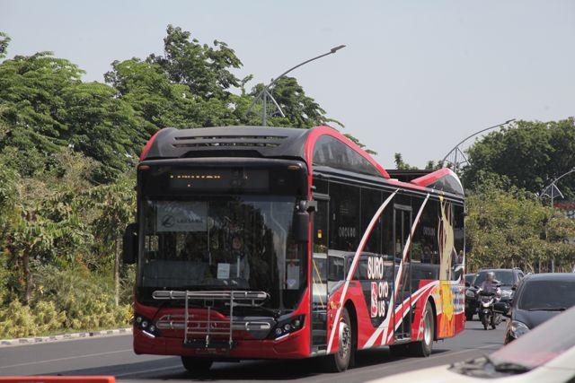 TAMBAH ARMADA: Bus Suroboyo melintas di Frontage Road (FR) Jalan Ahmad Yani, Surabaya.