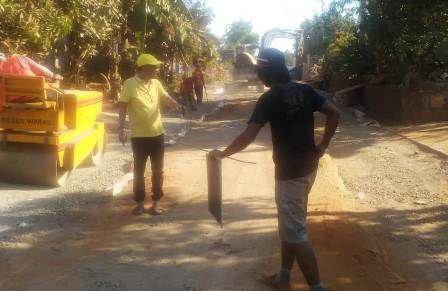 SIDAK: Ketua Komisi III DPRD Kabupaten Gresik Asroin Widyana memantau pekerjaan proyek pembangunan jalan di wilayah Gresik utara.