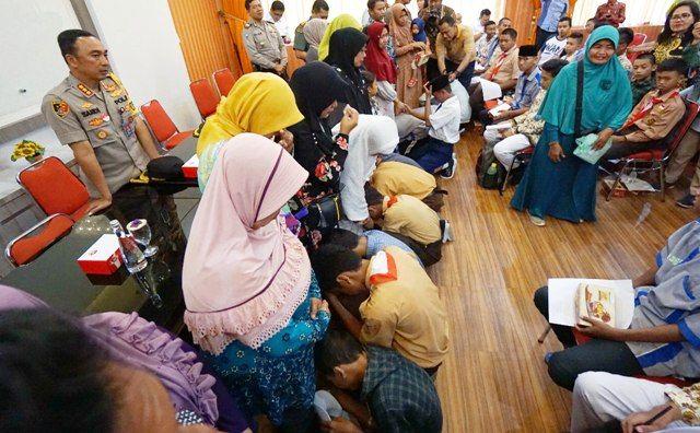 MINTA MAAF: Para pelajar saat sungkem kepada orang tuanya masing-masing disaksikan Kapolres Kombes Pol Sandi Nugroho dan Wali Kota Tri Rismaharini.