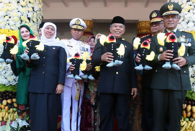 KOMPAK: Gubernur Jatim Khofifah Indar Parawansa (empat dari kiri) berduet nyanyi dengan Yuni Shara (lima dari kiri) bersama dengan Ketua Tim Penggerak