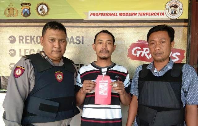 DIAMANKAN: Tersangka Samsul Huda diamankan anggota Polsek Driyorejo beserta BB sabu- sabu.