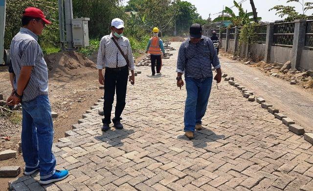 SIDAK DAPIL: Anggota Komisi III dari wilayah Gresik selatan melakukan sidak sejumlah proyek pembangunan jalan.