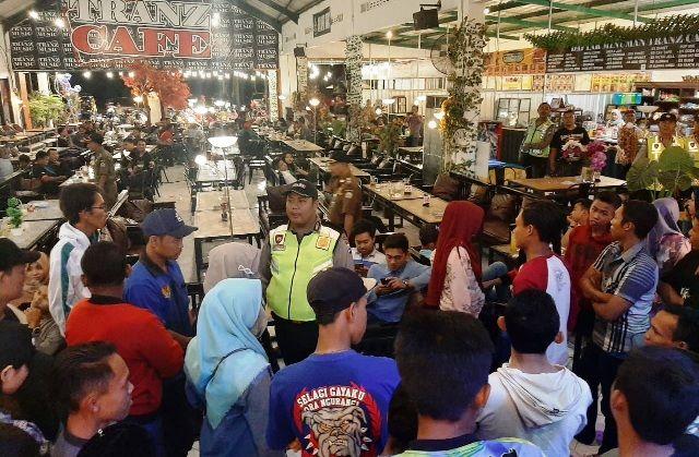 AMANKAN: Petugas kepolisian dan TNI menggelar razia di tempat hiburan dan kafe Cerme.